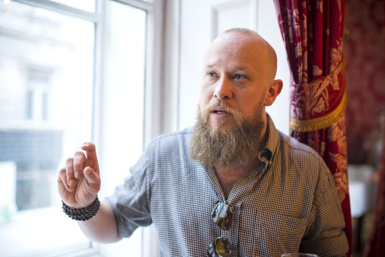 Íme a tetovált ír dokkmunkásra és a Gyűrűk Ura törpjeire hasonlító Boldizsár Péter a Petőfi Irodalmi Múzeumban rendezett interaktív kiállítása megnyitóján