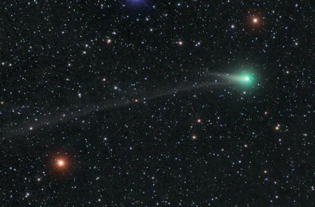 A C/2012 K1 (PANSTARRS) üstökös Damian Peach május 31-i fotóján. A diffúz kómából egy rövid porcsóva és egy nyílegyenes, hosszú ioncsóva indul ki (forrás: skyandtelescope.com)