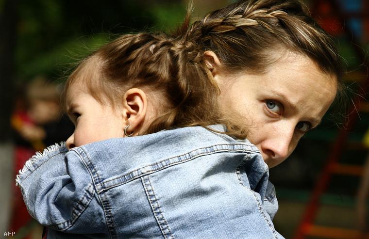 Ukrán anya és lánya egy Rosztov-na-Donu-i menekülttáborban