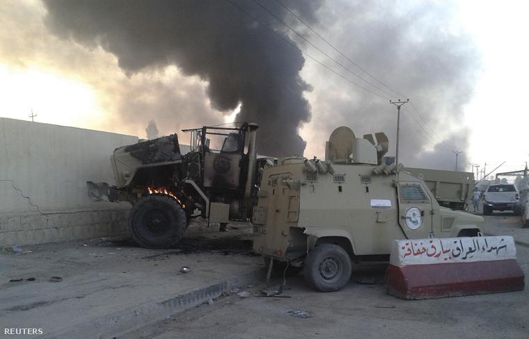 Kiégett katonai dzsippek Moszulban