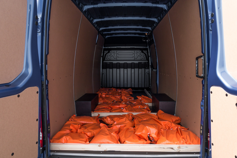 Ahhoz képest, hogy a Daily lényege a nagyobb pontszerű terhelést adó dolgok szállítása volna, a tesztterhelést homokzsákokkal biztosították. Ezektől pedig nemhogy a Ducato nem roppan meg, de a közúti viselkedést sem befolyásolja feltétlenül negatívan. A narancssárga zsákokra nem írták rá, hány kilósak, konzíliumunk 15 kilóra tippelt. Minden teherautóhoz járt egy kísérő, de ők sem feltétlen voltak képben a terheléssel. Inkább arra szolgáltak, hogy ha valakinek elborulna az elméje, és elkezdene fogalmatlanul száguldozni Balocco aszfaltján, kiüsse egy sokkolóval, aztán a Daily laprugójához bilincselve ott hagyja a tűző napon néhány órára, hogy örökre megtanulja a leckét. Nem csoda, hogy mindenki jól viselkedett.