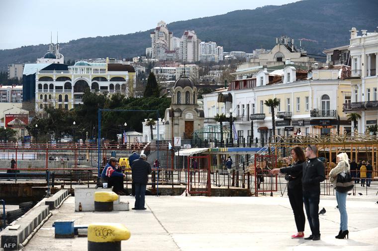 Jalta, a Krím egyik legnépszerűbb üdülővárosa a Fekete-tenger partján.