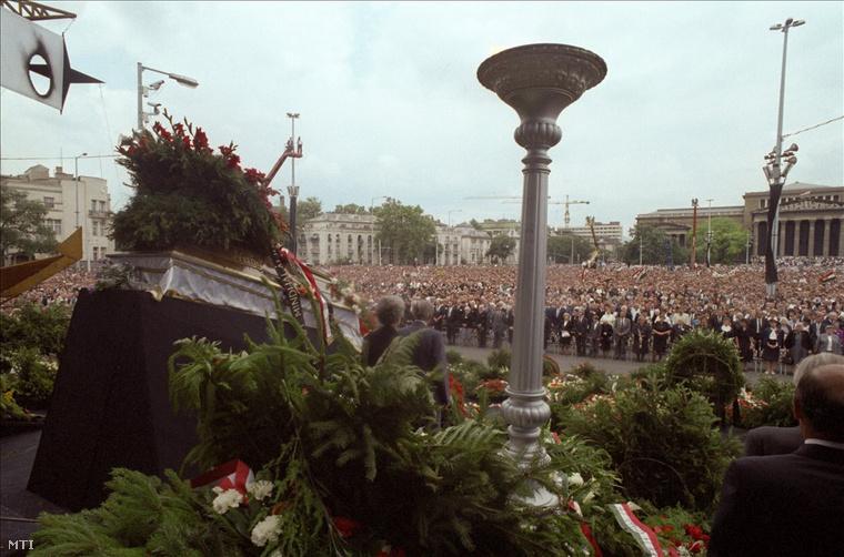 A kegyelet virágai az 1956-os mártírok koporsóinál