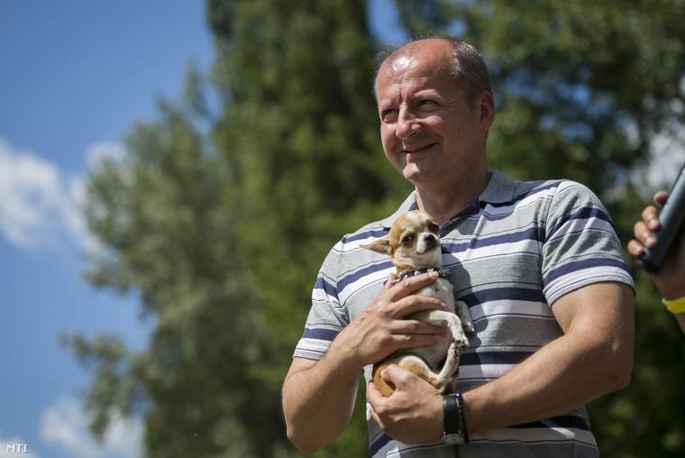 Simicskó István, az Emmi sportért és ifjúságért felelős államtitkára a kutya- és kisállatölelő Guiness-rekordkísérleten a Városligetben 2014. június 14-én