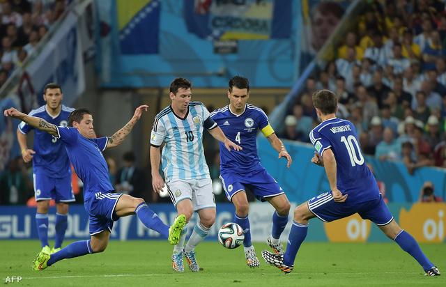Messit mindig legalább ketten őrizték