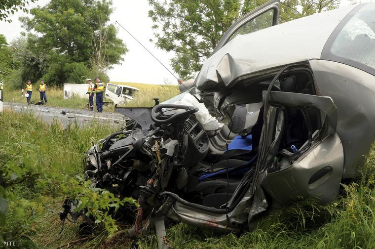 Összeroncsolódott autó Pécsváradnál