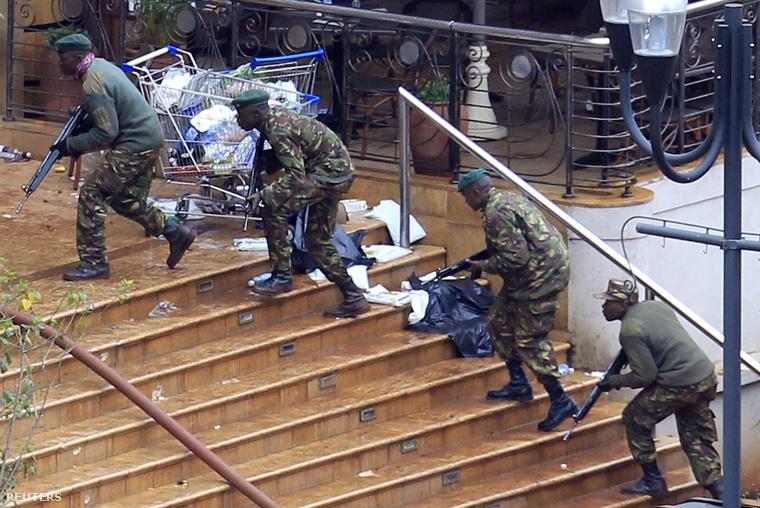 A kenyai hadsereg katonái visszafoglalják a nairobi Westgate plázát, miután tavaly szeptemberben az al-Sabáb fegyveresei helyieket és turistákat mészároltak le a bevásárlóközpontban