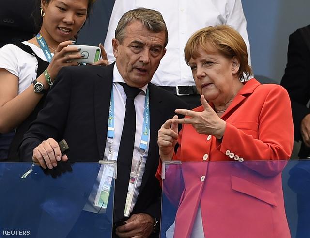 Angela Merkel és a német szövetségi kapitány számolják a gólokat