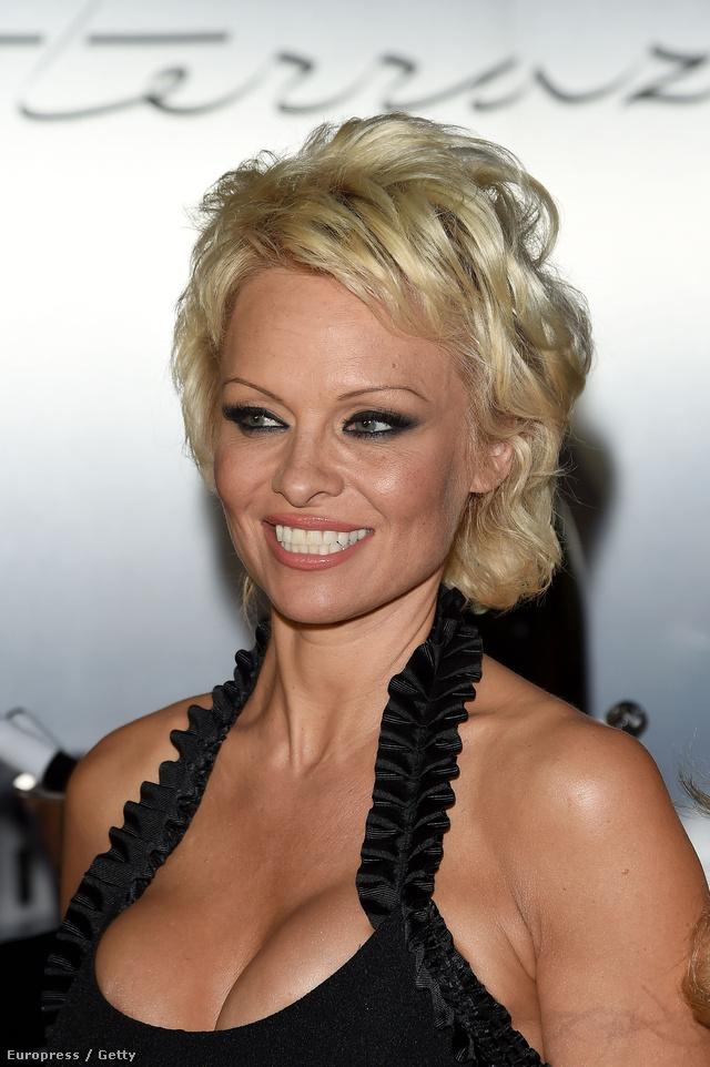 Pamela Anderson feketében is dögös