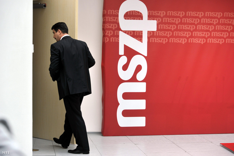 Mesterházy Attilatávozik a sajtótájékoztatóról, ahol bejelentette lemondását MSZP-elnöki és parlamenti frakcióvezetői posztjáról,2014. május 29-én.