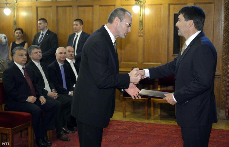 Zsigó Róbert a Földművelésügyi Minisztérium élelmiszerlánc-felügyeletért felelős államtitkára (b) átveszi kinevezési okmányait Áder János köztársasági elnöktől.