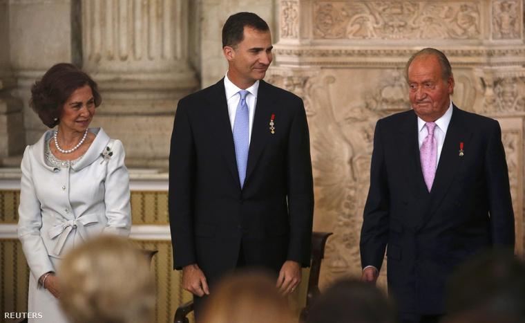 I. János Károly spanyol király (j2) a fiával, Fülöp trónörökös herceggel (b2) és a feleségével, Zsófia királynéval.