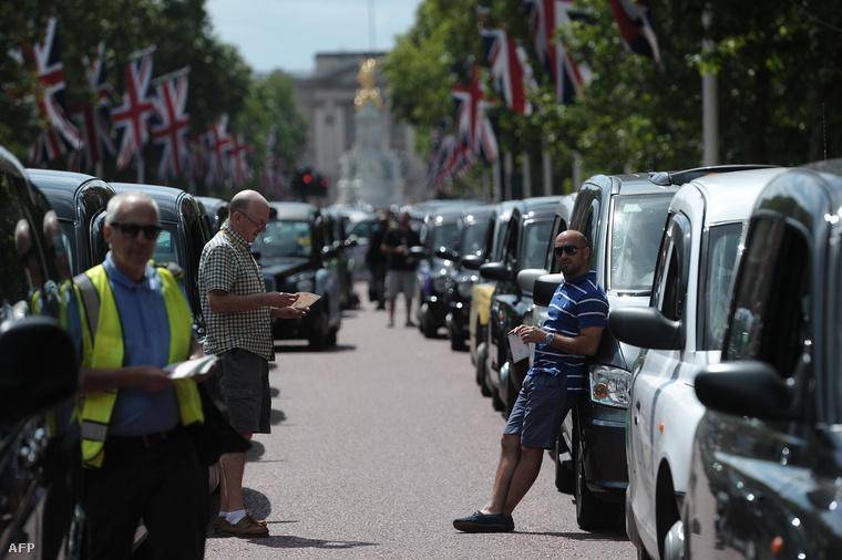 Uber ellen tüntető taxisok Londonban