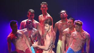 Pucér férfisegg és színlelt análszex a Broadway-en