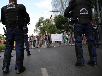 Zaklatta a tüntetőket, majd egyikük mellét megmarkolta és karlendített a külföldi