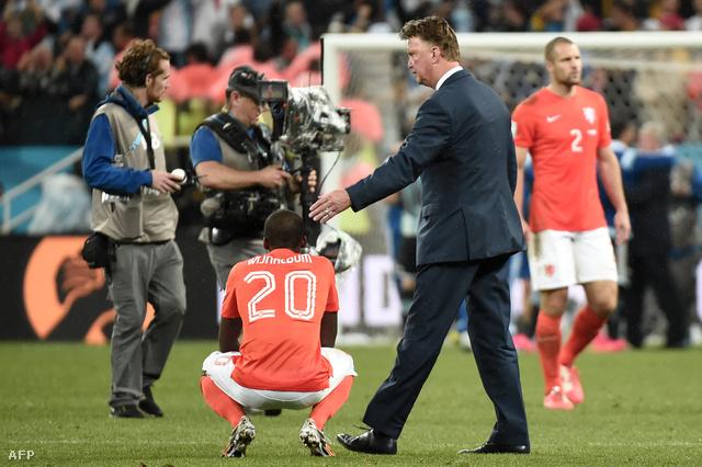 Van Gaal vigasztalja játékosát az elődöntős vereség után