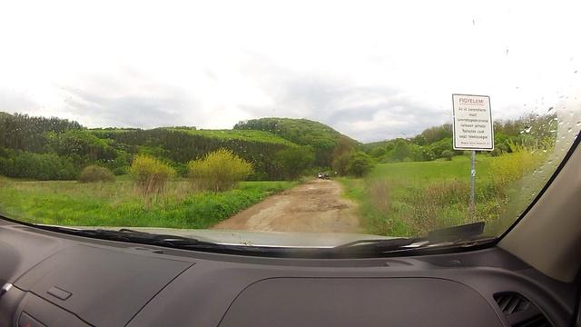 Figyelem! Az út paraméterei miatt személygépkocsival nehezen járható! Behajtás csak saját felelősségre!