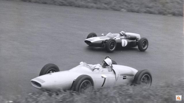 Moss (lent) és Brabham az 1961-es nagydíjon