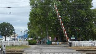 Ez a Balaton legbizarrabb vasúti átjárója