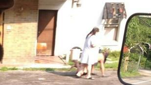 Pórázon vezette pucér barátját a nő az utcán