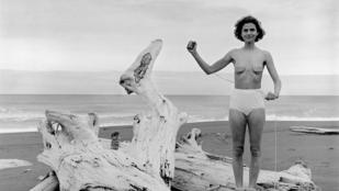 40 éve fotózza magát félmeztelenül a fotósnő