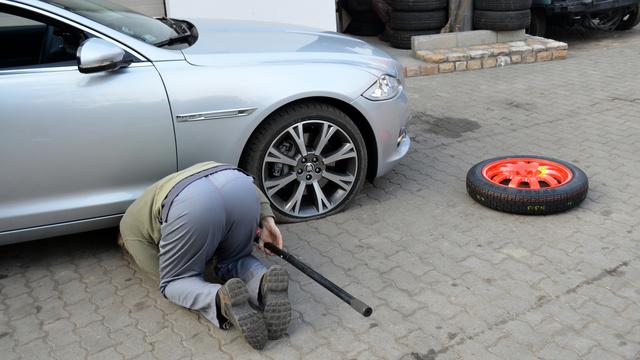 Aki nagy felnire vágyik, lemondhat a teljes értékű pótkerékről. Itt éppen egy Jaguar XJ várja a mankókereket, miután defektes lett a húszcolos szett egy darabja