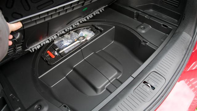 Egy Chevrolet Cruze kombi csomagtere, ahol semmi híre a pótkeréknek. Van helyette defektjavító szett, amit egy kátyús defekt után tán jobb ki sem bontani