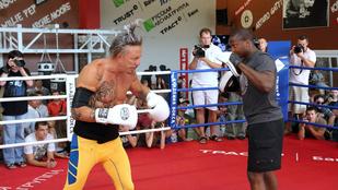 Mickey Rourke újra bokszol