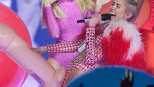 Miley Cyrus egy hatalmas péniszen vonaglott
