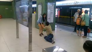 Metróállomáson rángatta végig mobilfüggő pasiját egy nő