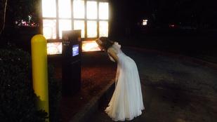 Gyönyörű menyasszony rosszul bírja a piát