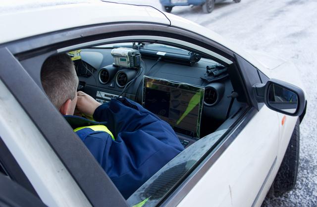 Ilyen, kamerából és számítógépes rendszámazonosító-rendszerből álló szettel keresik a lopott autókat a rendőrök és az önkéntes autóvadászok. Ha egy autón nem a saját rendszáma van, a rendszer kiszűri. Megmutatja azt is, ha lejárt a forgalmi, de ha próbarendszámmal viszik-hozzák, senki nem fog gyanút. A pérendszámokat adják-veszik a feketepiacon, sőt újabban másolják is