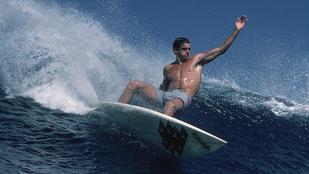 50 évesen is modellkedhetne a szörflegenda