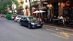 Ha másnak nem, parkolónak jó a biciklisáv a Pozsonyi úton