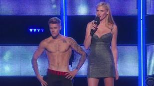 Justin Bieber vetkőzött, lehuhogták