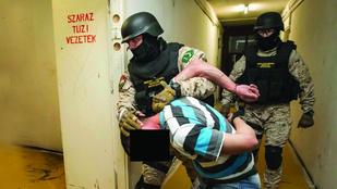 Kommandósok csaptak le a brutális szatírra