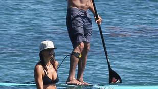Gerard Butler egy ismeretlen bikinis nővel paddleboardozott