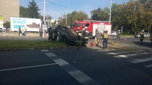 Felborult az autó a Karolina úti balesetben