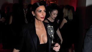 Kiszőkített szemöldökkel Kardashian nagyon viccesen néz ki