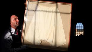 Elárverezik Viktória királynő selyem bugyogóját