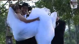 A kerekesszéket esküvői ruhára cserélte