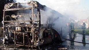 Utasok próbálták eloltani a kiégett buszt Tordason