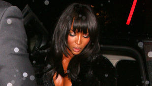 Naomi Campbellnek is meggyűlt a baja az autóból kiszállással