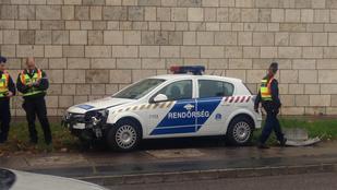 Közlekedési táblákat tarolt le egy rendőrautó a Szentlélek térnél