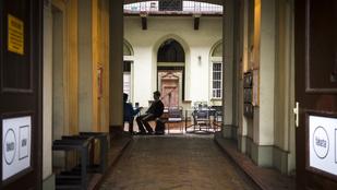 Durván rátelepültek az egyetemistákra a Múzeum körúton