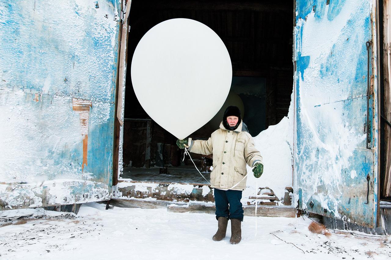 Tyiksziben meteorológiai állomás működik, amelyet csak 2006-ban ért el az állandó internetkapcsolat, egy amerikai együttműködési program részeként. Az állomás két kanadai és egy alaszkai bázissal – ezek négyen a világ legészakibb állomásai – közösen figyeli a légmozgást, a felhőképződést és az Északi Sarkkör feletti légkör összetételének változását.