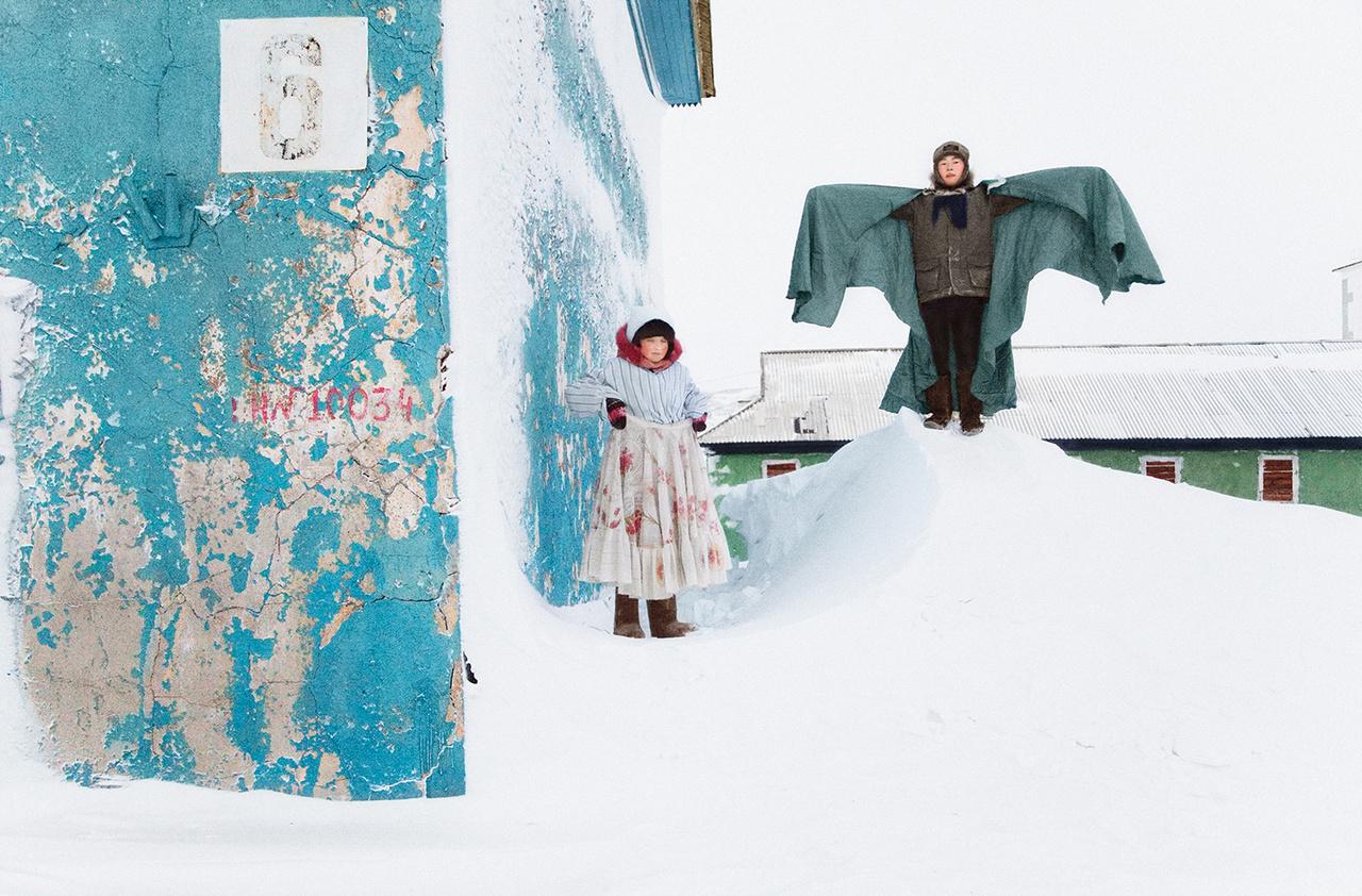 Tyikszi az ország negyedik legészakabbra fekvő települése. Az Északi sarkkör innen messze délre fekszik, csaknem 600 kilométerre. A településen 4500 ember él – 1989-ben még 12 ezren lakták. A Laptyev-tenger vidékén először a jukagirok és csuvancok, majd a II. századól az evenek és evenkik jelentek meg. Később érkeztek a jakutok, majd a csukcsok és korjákok. Sokan a sok ezer kilométerrel délebbre fekvő Bajkál-tó felől érkeztek, a mongol hódítók elől menekülve. Természetesen rendkívül kis számú népekről van szó. Az India méretével azonos Jakutföldön összesen csupán egymillió ember él. Az oroszok először a 17. század első felében jelentek meg, de csak 100 évvel később indultak a komolyabb expedíciók. A tenger is ekkor kapta nevét Hariton Laptyevről, aki 1736-ban kapta megbízatását II. Katalintól a terület feltárására.