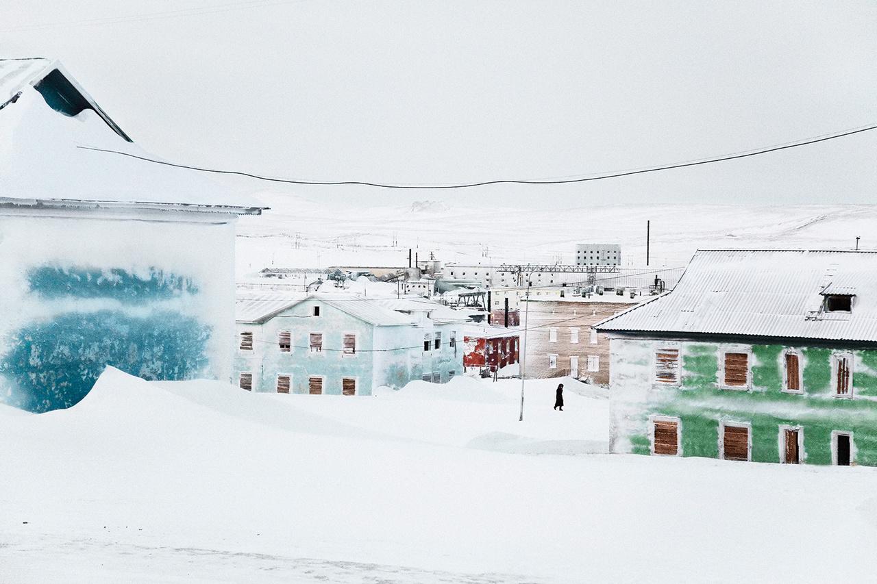 """Tyikszi kikötőktelepülésként jött létre 1933-ban a Laptyev-tenger partján, hogy így Szibéria a tenger felől is elérhető legyen. Erre július közepétől szeptember végéig tartó jégmentes időszakban van mód. A II. világháború alatt fontos szerepe volt az amerikai kölcsönbérlet jegyében küldött hadieszközök fogadásában és továbbításában. A 70-es évektől ismét lendületet vett """"Észak meghódítása"""", 1986-ban Tyikszi 850 ezer tonna árut fogadott. Ez a kétezres években századrészére csökkent, ám a globális felmelegedéssel a település jelentősége gyorsan megnőhet."""