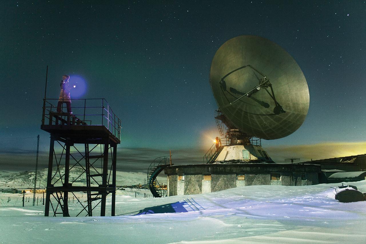 60 éve Tyikszi nem sokban különbözött bármelyik sarkvidéki lakatlan területtől. A kutatóállomások előbb jelentek meg, mint maga a talapülés. Az elsőt 1957-ben nyitották. Feladata, hogy kövesse a Föld mágnesességének                          változásait, mérje a kozmikus sugárzás mértékét, vizsgálja az ionoszférát.