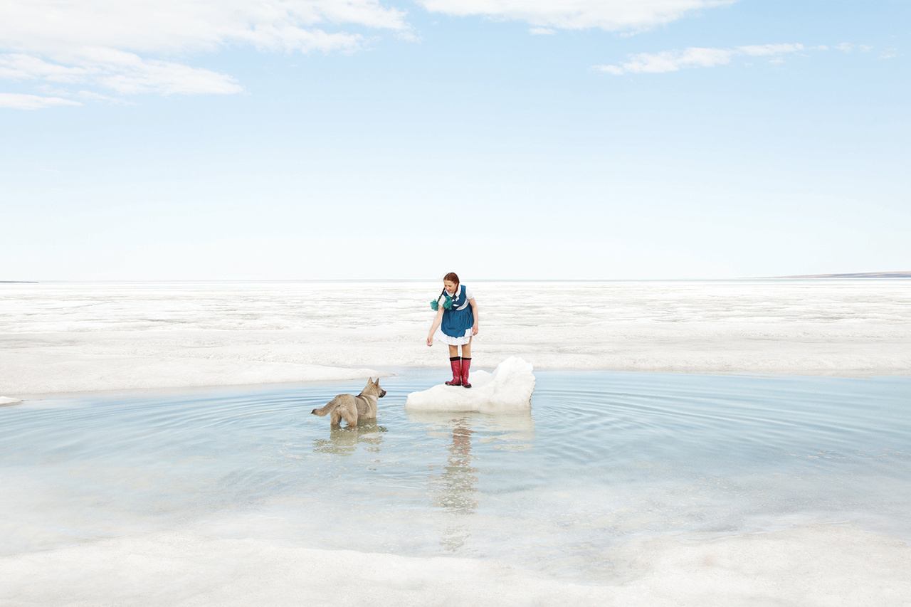 Nyár a Laptyev-tengeren. Júliusban átlagosan 2,9 fok van, augusztusban már 7,7 fokos nyár tombol Tyiksziben.                          Igaz, a valaha mért legmagasabb hőmérséklet 32 fok volt, de a hóesés nyáron sem ritka. A jégtömbök teljesen sosem tűnnek el. Télen a jégréteg két méternél is vastagabb a vizeken. A Laptyev-tenger hőmérséklete a jég alatt                          is enyhe mínusz fokos, nyáron 4-5, az öblökben esetleg 10 fokra is felmelegszik.